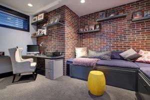 Transformer le sous-sol en un bureau pratique et fonctionnel