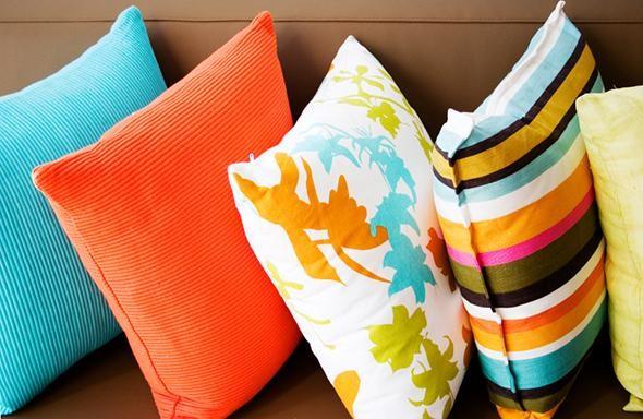 Des coussins curieux et amusants pour décorer le canapé