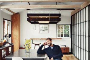 Le lit sur le plafond pour économiser de l'espace