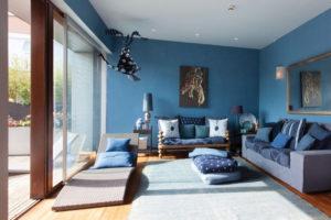 Décorer la maison avec le bleu, le vert et le violet