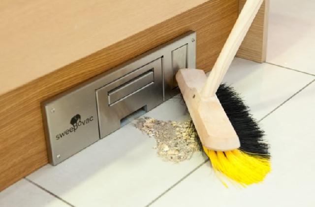 Comment enlever la poussière et la saleté avec l'aspirateur à main dans le mur
