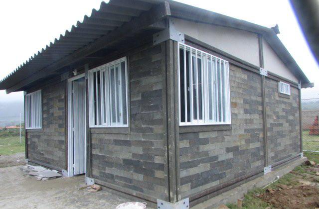 une maison en briques de plastique