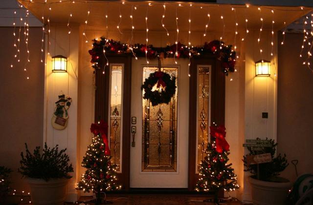 Des décorations de Noël pour l'entrée de la maison