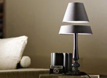 La lampe sans fil qui flotte dans l'air