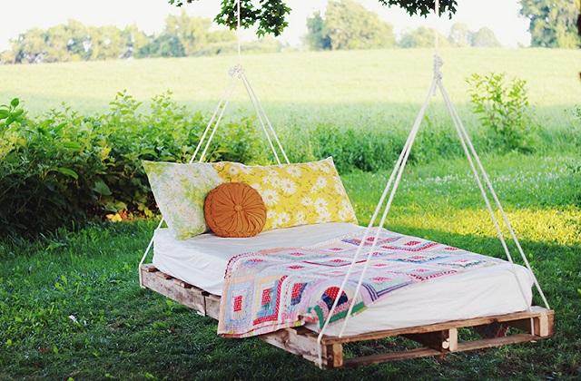Le lit à bascule pour le jardin