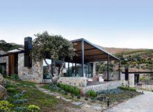 Une villa moderne couverte de pierre : une combinaison rustique et moderne