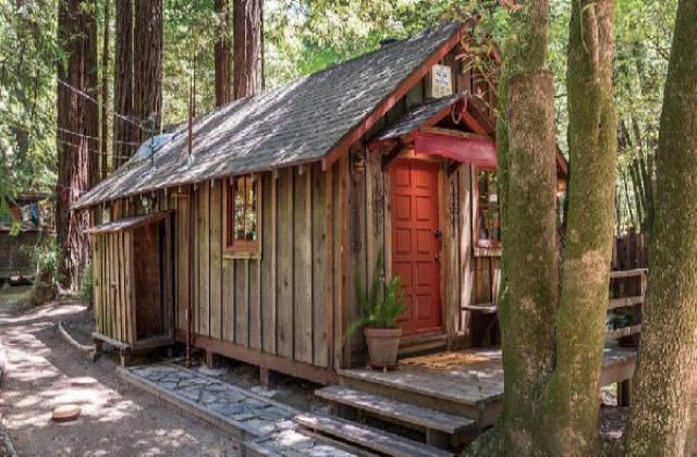 une petite maison dans les arbres loin du smog et le chaos de la ville est en vente. Black Bedroom Furniture Sets. Home Design Ideas