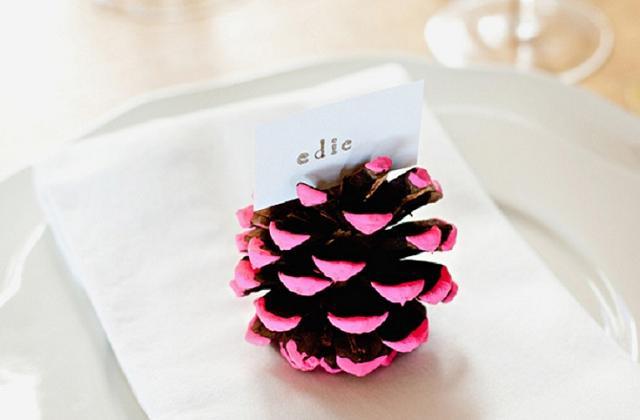 Des pignes marque-places pour la table de Noël