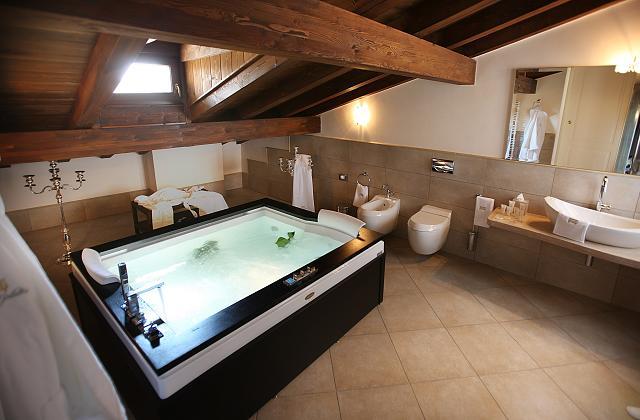 comment choisir la baignoire remous pour votre salle de bain. Black Bedroom Furniture Sets. Home Design Ideas