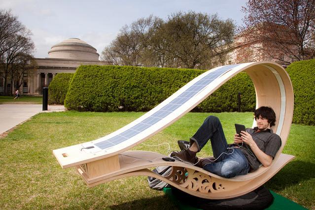 La chaise longue solaire pour naviguer en tranquillité