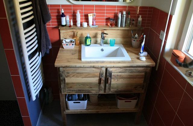 Refaire la salle de bains avec des palettes de manutention