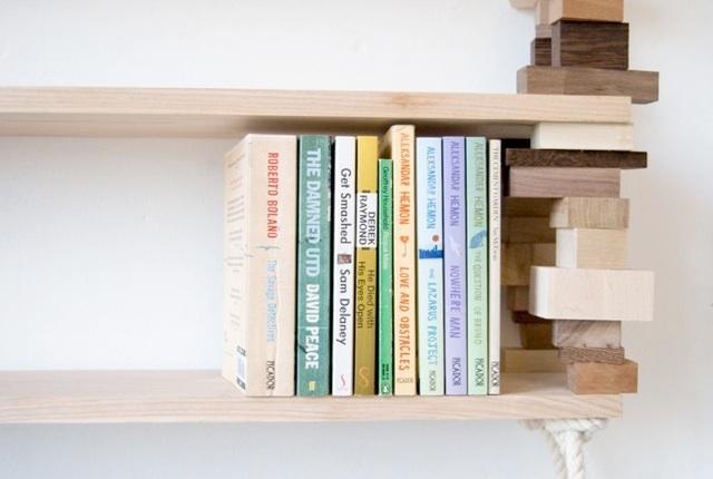 Une bibliothèque construite en bois de récupération