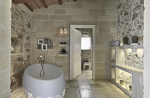 La pierre dans la salle de bains pour un effet élégant et rustique