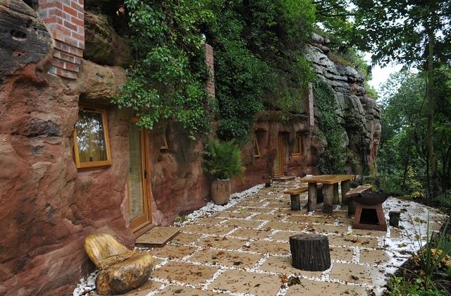 Une grotte transformée en une maison moderne