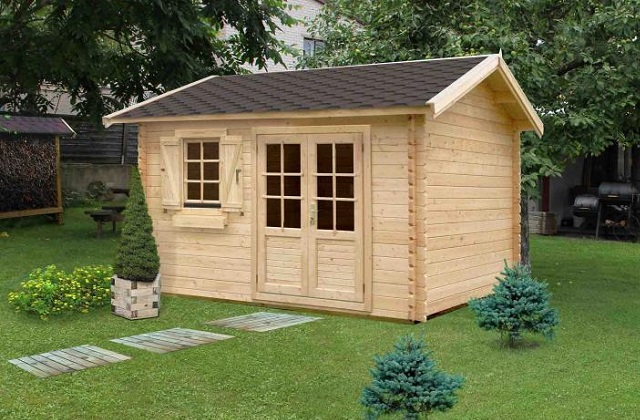 Une maisonnette en bois occupe beaucoup d'espace et elle est plutôt lourde