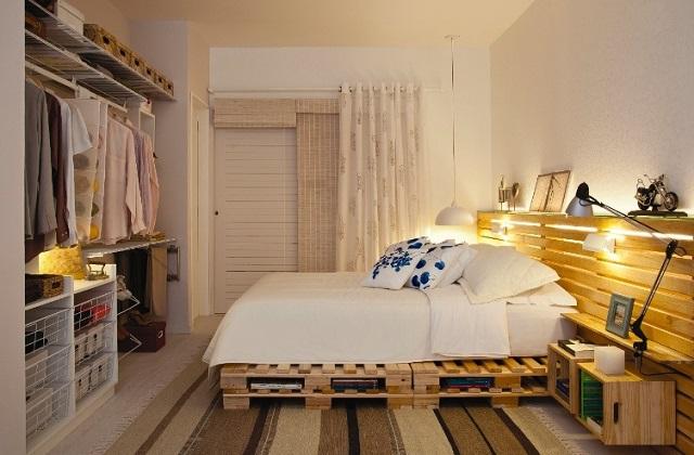 Une chambre originale avec des palettes de manutention