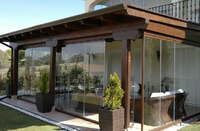 Comment fermer une pergola avec des fenêtres : pour une protection pendant toute l'année