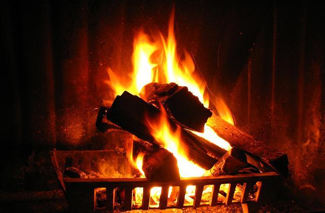 la cendre de la cheminée pour nettoyer la maison
