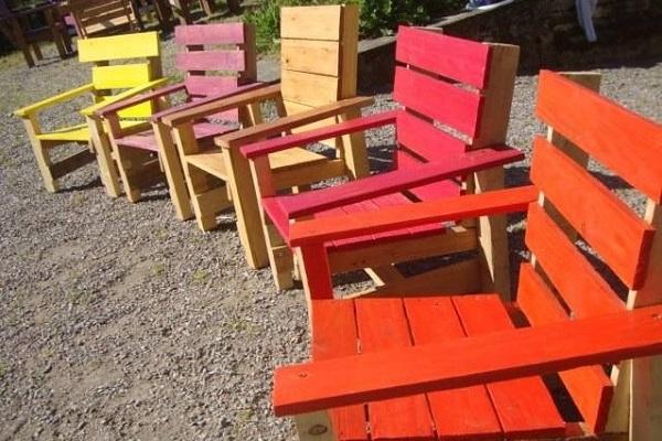 Vieilles palettes de manutention recyclées en chaises et transats colorés