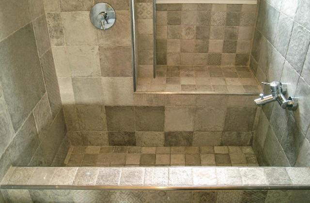 utiliser les briques apparentes dans la salle de bains