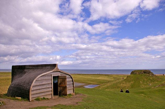 Lindisfarne : l'île où les maisons sont fabriquées avec de vieux bateaux de pêche
